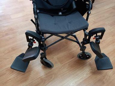 輪椅功能-輪椅腳靠可掀(拿)開