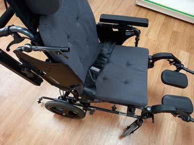 輪椅功能-輪椅扶手可掀開