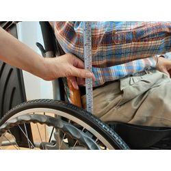 量測適合扶手高度-輪椅挑選